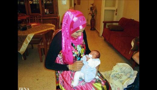 عکسهای دیدنی : احمدینژاد در آغوش پدر و مادر