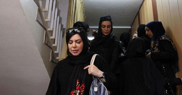 عكس: مهناز افشار و برخی هنرمندان در مراسم ختم ایرج قادری
