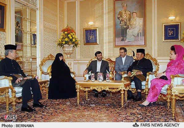 عکسهاي احمدي نژاد و همسرش در ديدار با پادشاه مالزي
