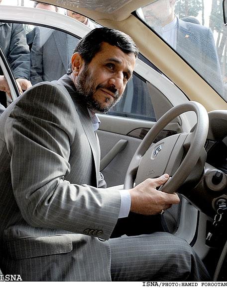 عکس : دکتر احمدینژاد رییس جمهور در حال رانندگی