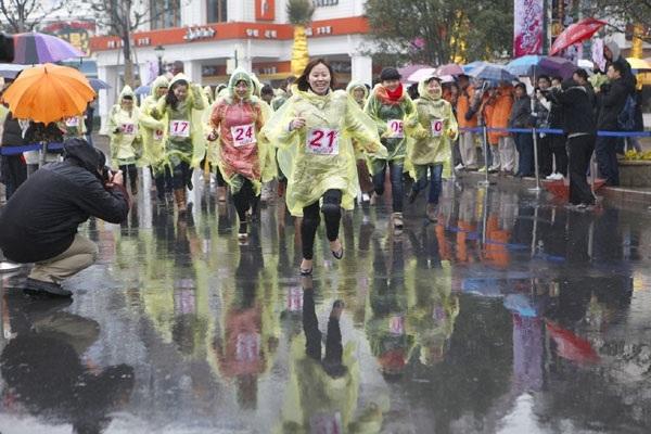 مسابقه دوی زنان با کفش پاشنه بلند
