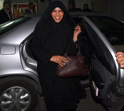 تصویر خندان دکتر مرضیه وحید دستجردی وزیر جدید بهداشت در حال پیاده شدن از زانتیا