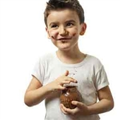 چطور لکه شکلات را از روی لباس پاک کنیم؟