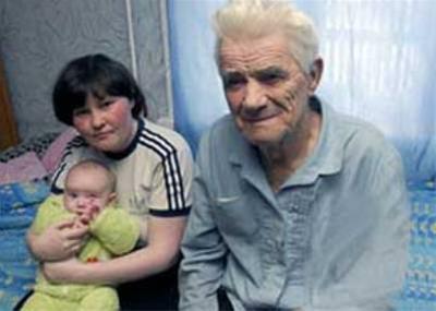 عکس:پیرمرد 80ساله از همسر 27سالهاش بچه دار شد!!