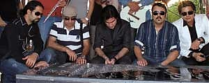 محسن یگانه و گروهش بر مزار ناصر عبداللهی + عکس