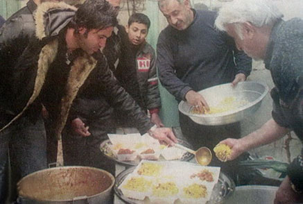 عکس : علیرضا نیکبخت واحدی در حال سرو قیمه نذری