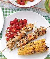 غذا براي افطاري-تهیه جوجه کباب با سالاد گوجهفرنگی