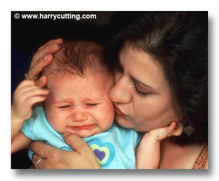 چگونه کودک گریان را آرام کنیم؟