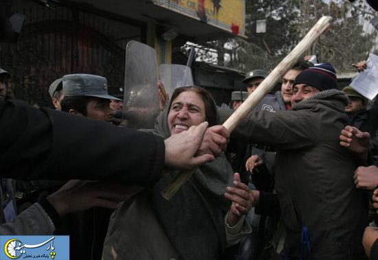 عکس: زن افغانی روبروی سفارت ایران