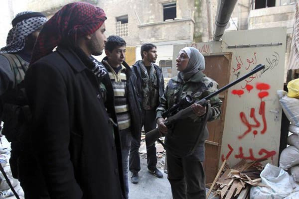 زن تک تیرانداز ارتش معارضین سوری+تصاویر