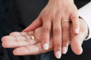 نکاتی جالب : مردانی که حلقه ازدواجشان را دستشان نمیکنند!؟