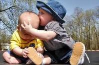 چرا کودک نوپای شما بقیه بچه ها را کتک می زند یا گاز می گیرد؟