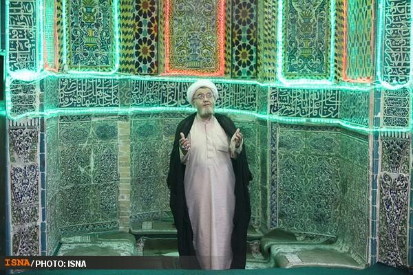 عکس/ دعای مرد هزار چهره در محراب