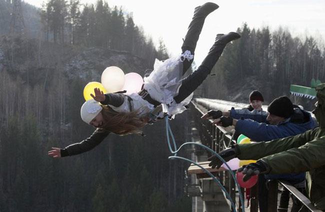 عکس/ پرش یک زن از ارتفاع 44 متری به مناسبت جشن!