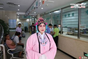 لباس و گریم متفاوت یک پزشک به شکل خواننده اپرا برای آرامش بیمارانش!