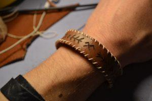 آموزش درست کردن دستبند با تکه های چرم