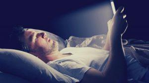 تاثیرات مخرب نور تلفن همراه بر مغز و بدن+ اینفوگرافیک