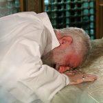 عکس های فوق العاده از رهبر انقلاب در مراسم غبارروبی ضریح حرم امام رضا(ع)