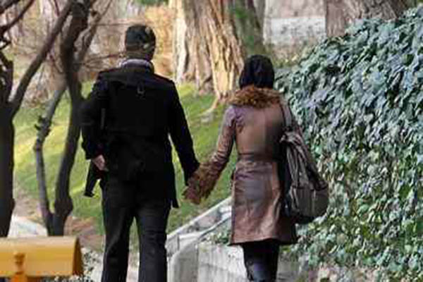 حکم گرفتن دست همسر در خیابان