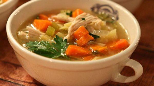 طرز تهیه ۲ پیمانه آب مرغ برای سوپ