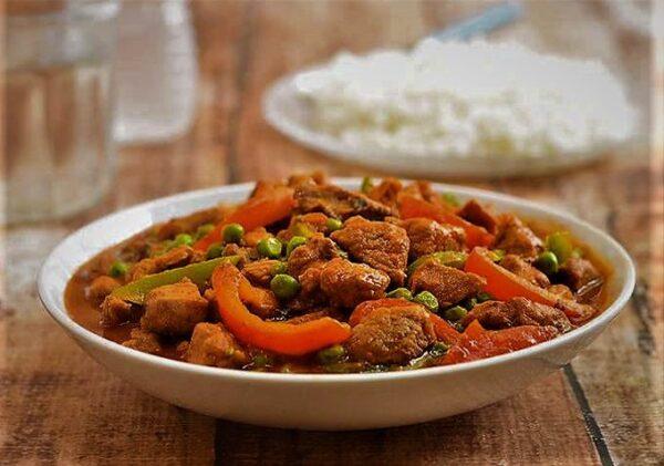 خوراک گوشت چرخ کرده و نخود فرنگی