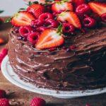 کیک شکلات تلخ با کره توت فرنگی تازه