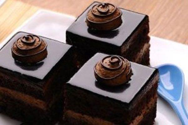 طرز تهیه شیرینی تر شکلاتی آسان و فوری !