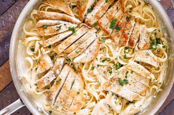 چیکن پاستا با سس ماست خامه ای، یک غذای سریع و خوشمزه