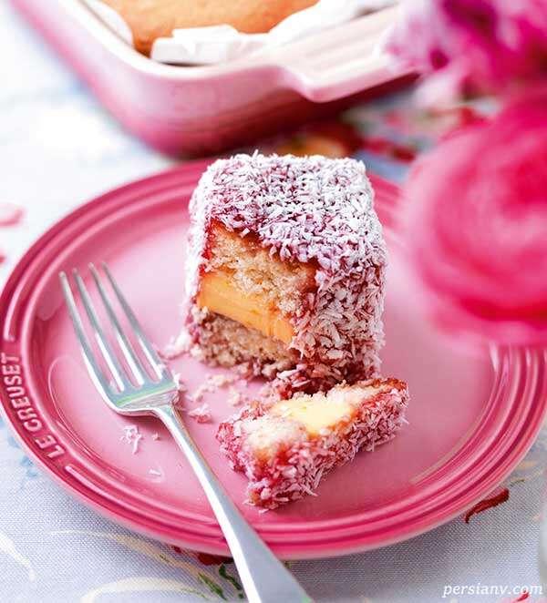 کیک لامینگتون با روکش توت فرنگی