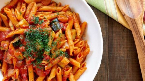 پنه با سس گوجه فرنگی و خامه یک شام ایتالیایی خیلی خوشمزه