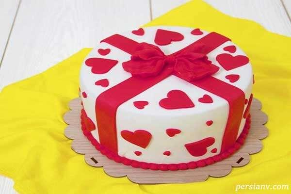 کیک اسفنجی عاشقانه با قلب های فوندانت قرمز برای جشن هایتان