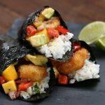 سوشی با میگوی سوخاری ، یک غذای خوشمزه با برنج که شبیه به سوشی است