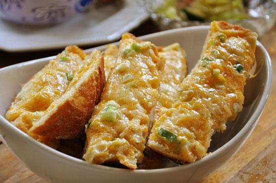 طرز تهیه نان سیر و ریحان پنیری ، حتی برای کسانی که سیر دوست ندارند