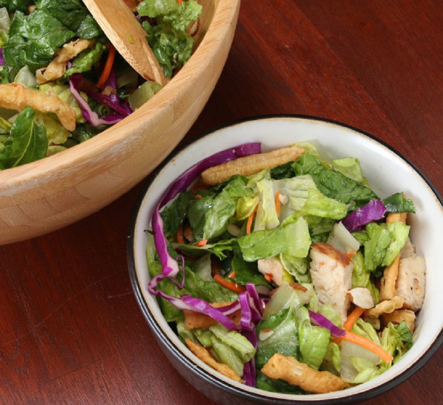 سالاد مرغ آسیایی با سس مخصوی یک پیش غذای عالی