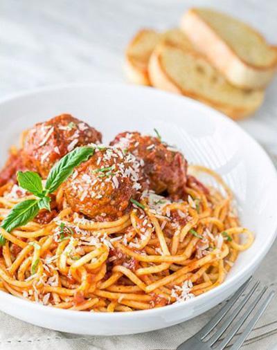 طرز تهیه اسپاگتی با سس گوجه و میت بال ، یک غذای آسان و خوشمزه