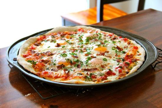 طرز تهیه پیتزا گوشت و نیمرو ، این پیتزا متفاوت را امتحان کنید