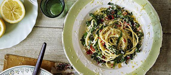 پاستای اسفناج و سیر از دستورات جیمی الیور ، یک غذای خوشمزه در ۳۰ دقیقه