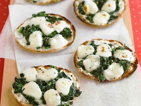 مینی پیتزای اسفناج و پنیر خوش رنگ از دستورات مارتا استوارت