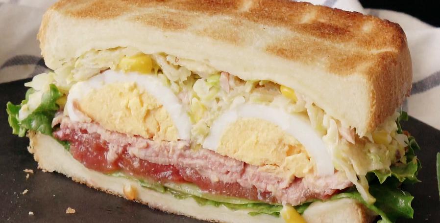 ساندویچ چیپس سیب زمینی و سالاد کلم برگ خوشمزه