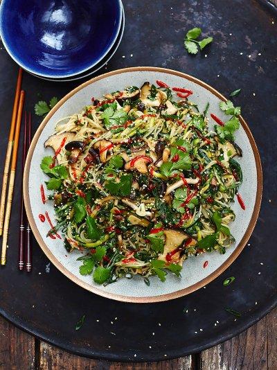 طرز تهیه نودل سبزیجات یک غذای چینی خوشمزه