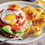طرز تهیه ساندویچ روباز تخم مرغ و گوجه فرنگی