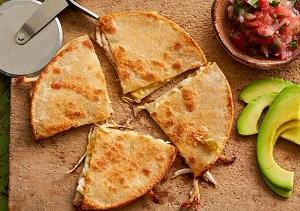 طرز تهیه کویسادیلا مرغ چیلی و پنیر یک میان وعده عالی