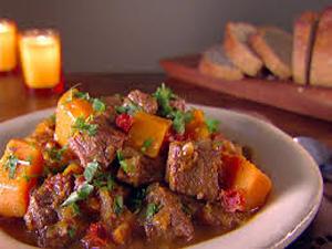 خوراک گوشت و سبزیجات یک غذای ساده و خوش طعم
