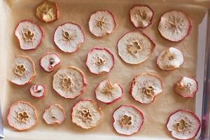 چطور چیپس سیب درختی ترد و خوشمزه درست کنیم