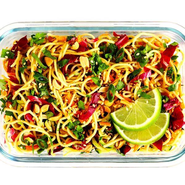 طرز تهیه نودل سبزیجات با سس بادام زمینی و کنجد غذای گیاهی خوشمزه