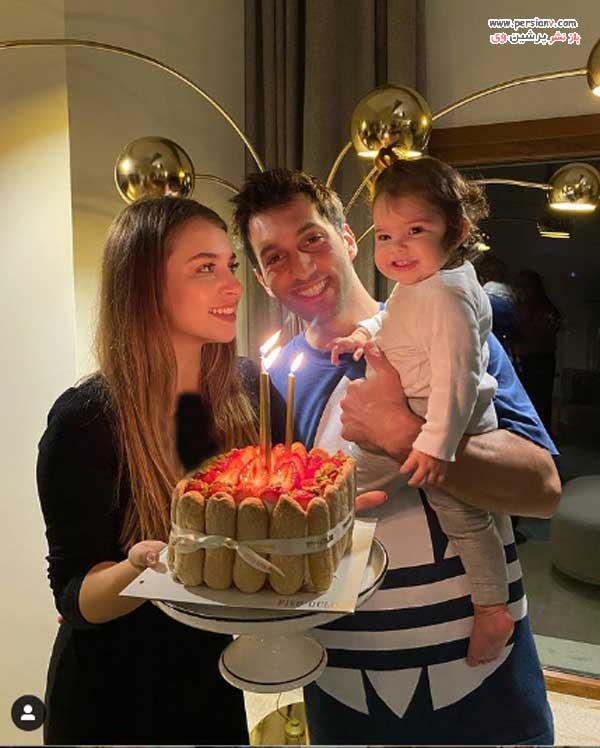 غمزه در کنار دختر و همسرش