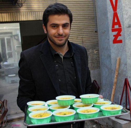 عکس های جالب از پخت و پخش نذری توسط مجری ماه عسل
