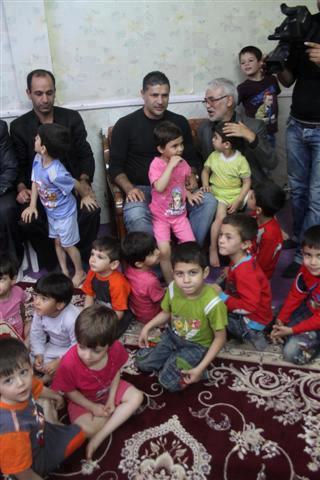 علی دایی در مرکز نگهداری کودکان بی سرپرست زلزله زده/عکس