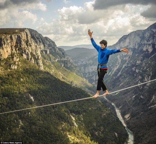 مکالمه تلفنی بندباز جسور در ارتفاع ۳۰۰ متری!+تصاویر