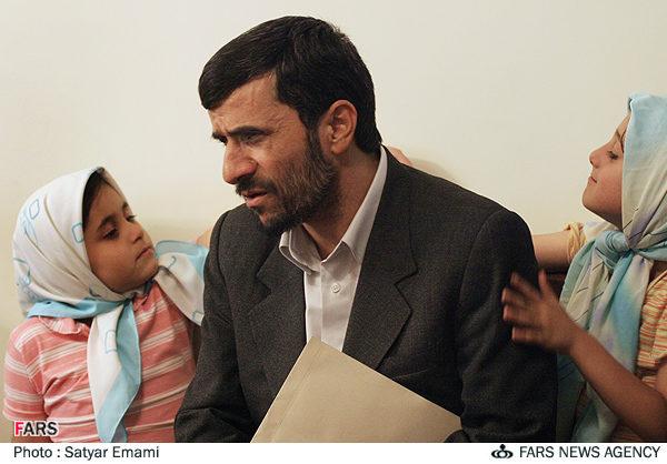 عکس : احمدی نژاد و خواهر زاده هاش